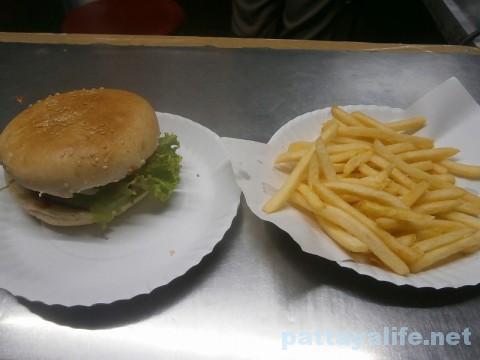 屋台のハンバーガーとポテト