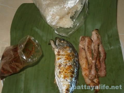 イサーン屋台ムーヤーンと焼き魚 (2)