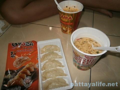 ママーカップ麺とコンビニ餃子