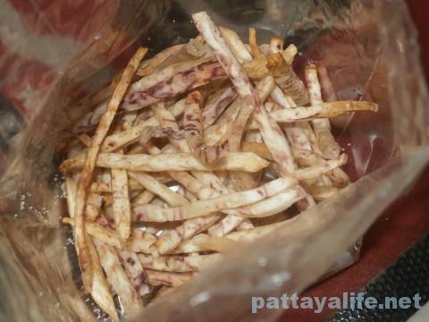 タイのお菓子屋台のごぼうチップス (1)
