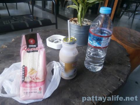 コンビニのコーヒー牛乳とサンドイッチ