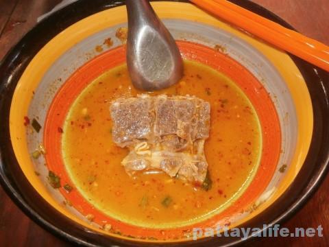 パタヤタイの豚骨トムヤムクイティアオ完食