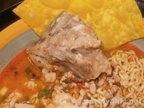 パタヤタイの豚骨トムヤムクイティアオ (2)