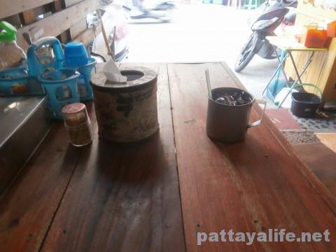 パタヤタイの豚骨トムヤムクイティアオ店内部 (1)