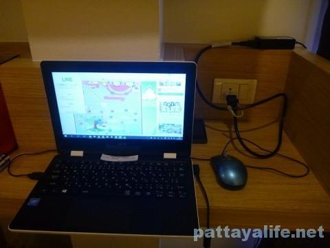 ベッドタイムパタヤホテルの作業机とパソコン