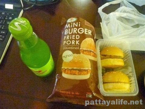 コンビニのミニバーガーと栄養ドリンク