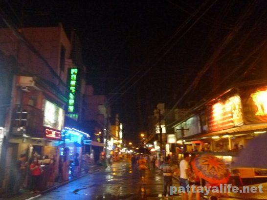 夜と雨振りのアンヘレスウォーキングストリート