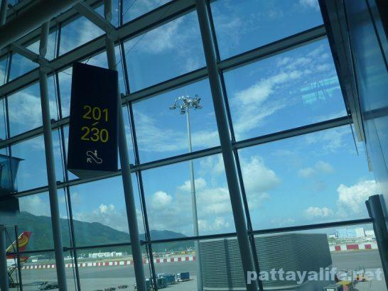 香港空港セブ・パシフィック搭乗口への道 (9)