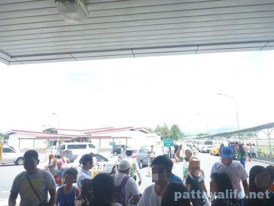 クラーク空港前タクシー乗り場  (4)