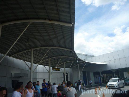 クラーク空港前タクシー乗り場  (2)