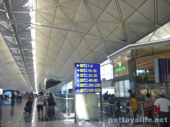 香港空港セブ・パシフィック搭乗口への道 (4)