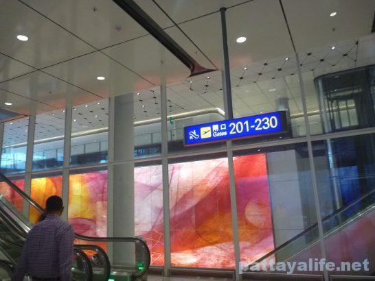 香港空港セブ・パシフィック搭乗口への道 (8)