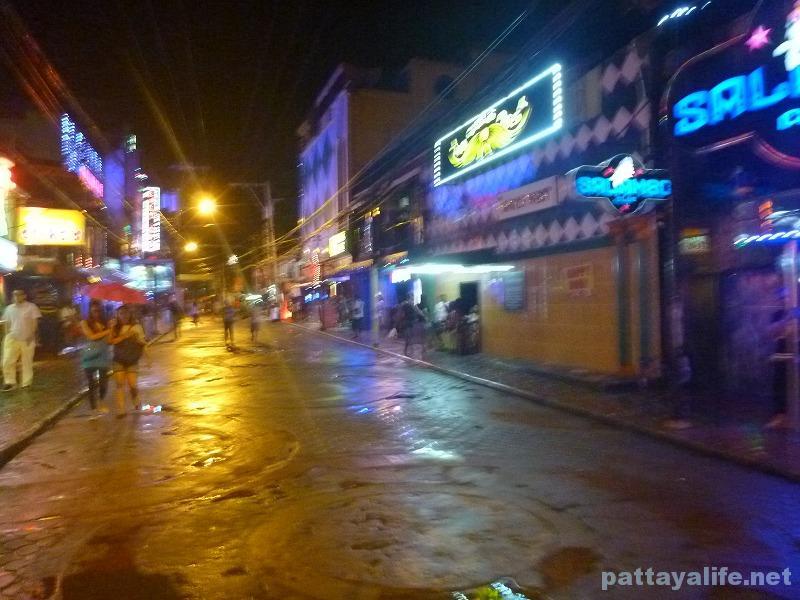 雨のアンヘレスのウォーキングストリート