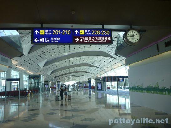 香港空港セブ・パシフィック搭乗口への道 (10)