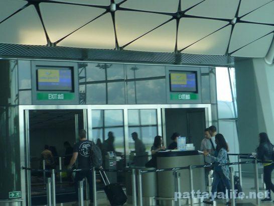 香港空港セブ・パシフィック搭乗口への道 (12)
