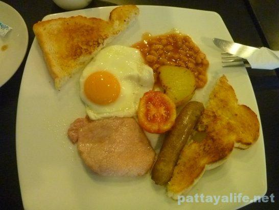 i-rovers-pattaya-breakfast-2
