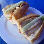 ルアンパバーン2日目。サンドイッチ朝食とスポーツバーF1観戦。
