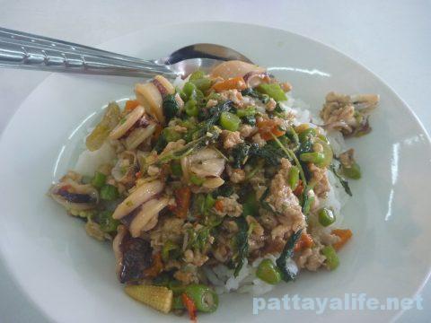 ブッカオ常設市場ぶっかけ飯イカと豚肉のガパオ