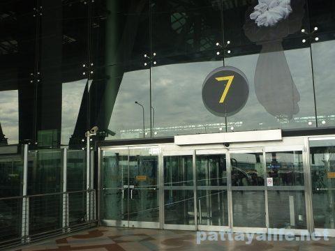 パタヤからスワンナプーム空港経由ドンムアン空港行きバス乗り継ぎ (9)