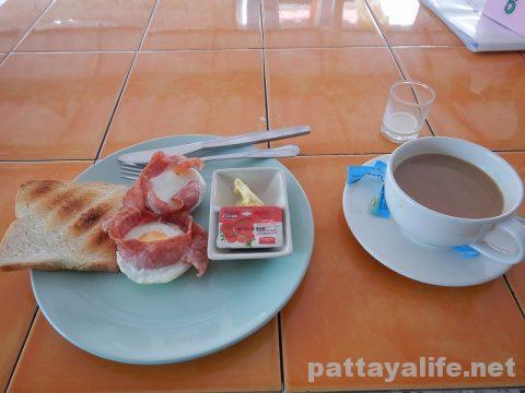 パタヤカンソイ12のカイガタレストランのエッグベーコン (3)