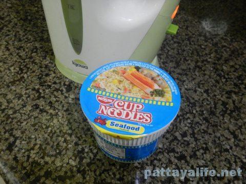 フィリピンカップヌードルシーフード味 (1)