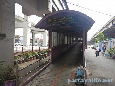 パタヤからドンムアン空港へのロットゥー (10)