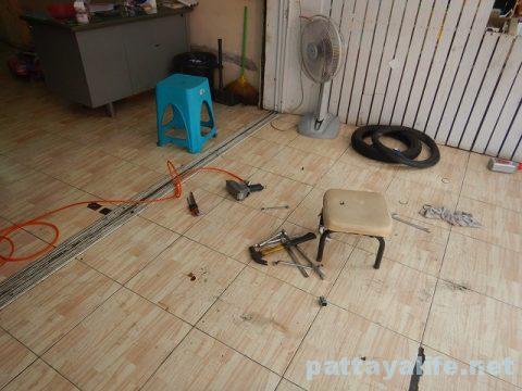 パタヤレンタルバイクパンク修理 (3)