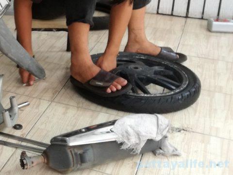 パタヤレンタルバイクパンク修理 (2)