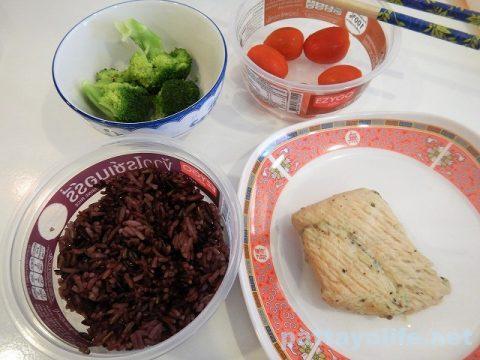 タイのコンビニ飯ライスベリーライスと玄米とサラダチキン (11)