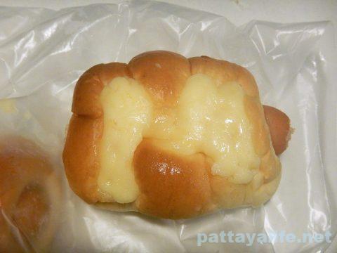 タイのヤマザキパンのソーセージロールパン