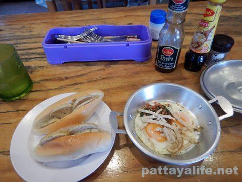 パタヤタイのベトナム料理レストランのカイガタとカノムパン